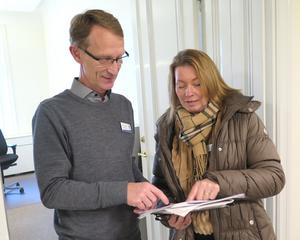 Elisabeth Carlson Cederholm känner att hon har bra stöd av kommunens tjänstemän. Här är det ekonomichefen Rolf Hammar som hjälper till att gå igenom ett ärende.