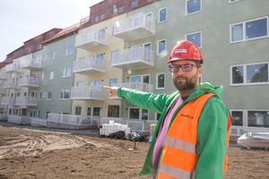 Byggledaren Marco Pintarič berättar att just nu jobbar 35 personer med bygget.