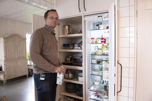 Istället för en frys har de valt att bygga in en bra förvaring bredvid kylen. Frysboxen står i ett förråd istället.