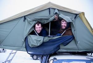 Felix och Vilhelm berättar att de sovit gott i sina elfiltar i sovsäckarna i tältet på taket på bilen.
