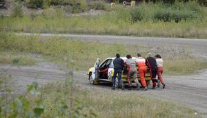 Fort undan med Mattias Ledins bil. Tävlingen måste fortsätta.