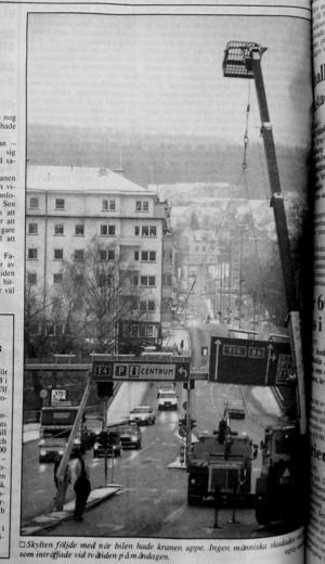 Skylten följde med när bilen hade kranen uppe. Ingen människa skadades vid kraschen. ST 9 november 1993.