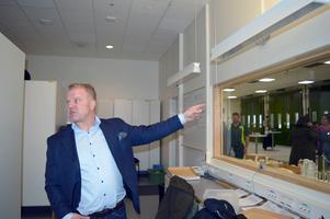 Fredrik Forselius, verksamhetschef ambulanssjukvården Dalarna, menar att ambulanspersonalen har som rutin att invänta polis vid våldsbrott med skadade.