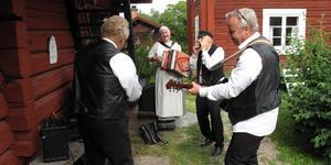 Det är högt i tak när spelmän drar in på hembygdsgården i Västanfors. På söndag är det dags för spelmansstämma igen.