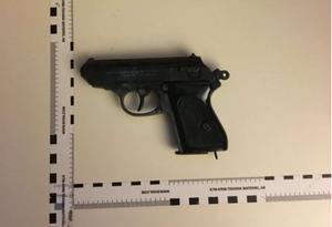 Pistolen som kvinnan hade viftat med visade sig vara en replika och därmed laglig.