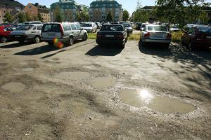 Passa på att asfaltera Kotorget samtidigt som bussterminalen i Bankgränd iordningställs, uppmanar skribenten de styrande i Hudiksvall.