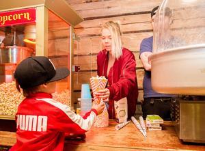 Popcorn, glass och sockervadd var gratis för alla barn. Stina Olsson var förmodligen medskyldig till en och annan sockerkick hemma hos Loos barnfamiljer.