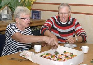 De två veteranerna Ingrid Frid och Kent Borlid hugger in av smörgåstårtan.