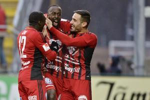 Ronald Mukiibi jublar efter sitt mål mot Häcken tillsammans med Sotirios Papagiannopoulus och Ken Sema. Nu ser Mukiibi ut att bli ÖFK:s nästa landslagsman.