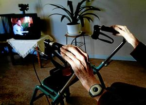 riskabelt. Det är vanligt att det sker fallolyckor när äldre och svaga personer ska resa sig upp.Arkivfoto: Jessica Gow/TT