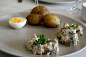 En enkel men härlig silltallrik med två sorters sill, färskpotatis och obligatorisk ägghalva.