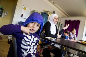 i säkerhet. När fyraårige Mohammad slog ut sina tänder under ett bombanfall bestämde sig mamma Ghader Nema för att fly från Syrien. Barnen är inte längre rädda när de ser flygplan på himlen. Foto: Jonas Bilberg