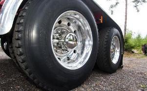 Rejäla aluminiumfälgar pryder lastbilen runt om. Foto: Mikael Forslund