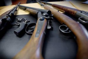 Länets jägare och skyttar får vänta längre på licensen.