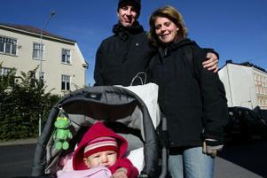 Erik Pettersson, pappaledig med Agnes, 1 år, och Mirjam Sjöbom, förskollärare, Stockholm:–Det är positivt att man delar mer på föräldraförsäkringen. Det låter som ett bra förslag att vika fem månader åt vardera föräldern och lämna fem månader valfria. Då har föräldrarna ändå ganska stor valfrihet. Föräldraledigheten är ju också en ekonomisk fråga för familjen. Vad tycker ni om att man bara ska få ta ut föräldrapenning tills barnet fyllt fyra år?– Det tycker jag inte om. Det vore väldigt bra att få nyttja den ända till åtta års ålder, säger Mirjam.