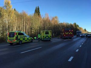 Olycksplatsen spärrades av under räddningsarbetet. Vid tjugo över tolv släpptes trafiken på igen.