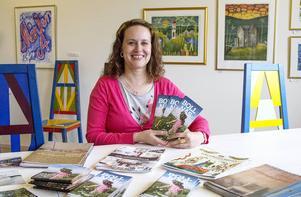 Birgitta Jonsson presenterar årets turistmaterial.