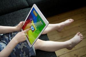De senaste åren har den digitala tekniken utvecklats i superfart. I dag har en majoritet av barnen varit på nätet redan när de fyller tre år. Arkivbild.