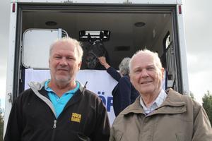Arne och Åsmund Hansen hälsar på hos deras stora idol som de följt under hela karriären.
