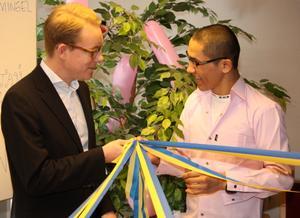 Migrationsminister Tobias Billström (M) och  ensamkommande flyktingpojken Aliad Reza, 15, knöt ett symboliskt band när Fyrklövern invigdes.