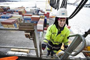 SER FRAM EMOT PASSET. Två timmar ska Erica jobba i kranen innan hon åker ned igen och kör truck lika länge. Containerterminalen jobbar stenhårt för att få lika många män som kvinnor som maskinförare.