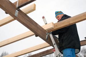 Det blev en hel del jobb för Larssons att reparera det sönderblåsta taket.