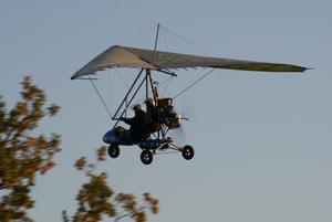 I lördags när vi satt och åt middag flög denna varelse förbi utanför vårt hus i Hedensberg, nån slags segelflygare med propeller. Det är inte varje dag man ser en sådan, så självklart var jag tvungen att fånga den med kameran!!