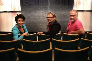 Skådespelaren Caroline Rendahl, Dalateaterns marknadschef Ann-Katrin Ekström och amatörteaterföreningen Humus ordförande Åke Ljungberg laddar inför dalaturnén av Hemsöborna.