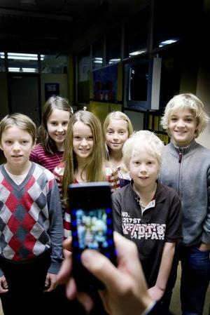 """MOBILISERADE. Samuel Asklöf, Maja Hellsing, Sara Pettersson, Ebba Morelius, Hugo Boogh och Carl Normark i årskurs          fyra Galaxen på Andersbergsskolan tycker att alla barn borde ha en egen telefon när de är tio år. """"När man går i tvåan och kan läsa och skriva kan det vara               lagom att få en egen mobil men när man är tio borde alla ha en, så att föräldrarna kan få tag på en om man kommer bort eller blir kidnappad"""", säger Hugo. Foto: Catharina Sandström"""