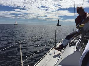Lugnt och fridfullt en stund innan start i hemmaseglaren Erika Lindströms båt. Desto hårdare vind blev det senare under kappseglingen.
