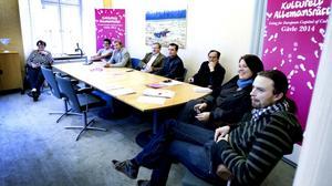 Eniga. Alla partier i kommunstyrelsen är eniga om att kommunen ska satsa 100 miljoner kronor om Gävle skulle utses                 till europeisk kulturhuvudstad 2014. Stämningen var god när planerna presenterades på en presskonferens i går. Från vänster Inger Källgren Sawela, m, Roger Persson, mp, Roland Ericsson, c, Per-Åke Fredriksson, fp, Lennart Ahlenius, kd, Carina Blank, s, och Björn Öberg, v.