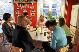 Kooperativ. Föräldrarna på Slangbellan är delaktiga i förskolan på flera sätt. Marion Eklund, i blått,  bjöds på fika och massor av information när hon hälsade på.