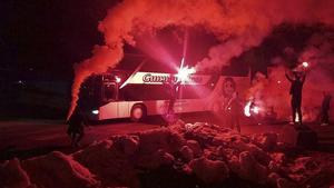 Brynäs spelarbuss togs emot så här av fansen vid Gavlerinken i natt.