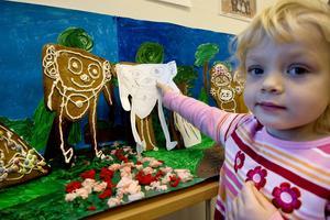 Signe Åkerdahl har gjort en pepparkaksmormor. Först på en pappersmall, sen i form av en jättepepparkaka.