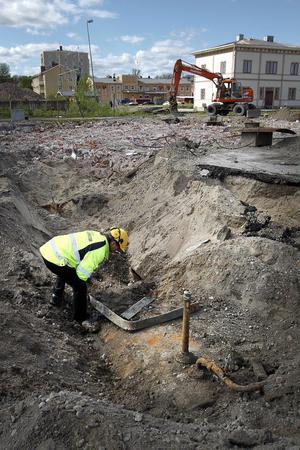 Tre cisterner om vardera 20 kubikmeter har grävts fram under den före detta verkstadshallen. Miljöinspektören Jonas Rasmusson vill att de tas upp men inser att det kanske inte är så enkelt.