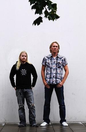 TVÅ STILAR. Två generationer hårdrockare, Daniel Lindgren och Mats Nelin, black metal och glamrock.
