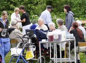 Här var det fest i det gröna med nylagade kolbullar, men alla andra dagar kommer maten från centralköket. Kurt Lagerstedt (i mitten) tycker att maten ska lagas på Strömbacka alla dagar.