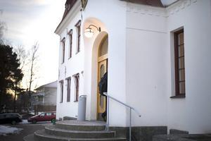 Hudiksvalls tingsrätt dömer mannen till fängelse för våldtäkt.