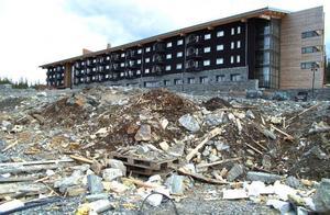 Åre kommuns miljö- och byggkontor har nu ögonen på den massiva nedskräpningen vid Copperhillhotellet. Den ska städas bort på riktigt och inte bara täckas över med jordmassor, säger miljöchefen Olof Wallgren.Foto: Elisabet Rydell-Janson