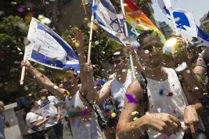 Pride i Tel Aviv 2017. Omkring 200 000 människor ska ha samlats för att manifestera sitt stöd för HBTQ-rättigheter.