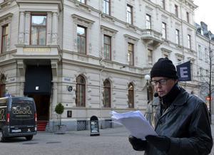 På Hotel Knaust hittas en rockstjärna skjuten i Jonas Moströms