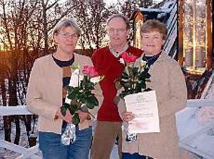 Foto: KARIN BERGKVIST De ekologiska odlarna Lisbeth Wilhelmsson samt Ola och Eva Fredlund fick ta emot stipendier på onsdagen.