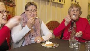 Halldis Malm, Siv Fahlin och Gunnel Andersson smakar på Café Kakas semla några dagar innan semmeldagen.