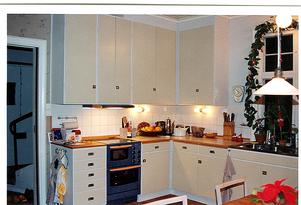 ...Det gamla köket kompletterades med nya stommar och nya vitvaror.