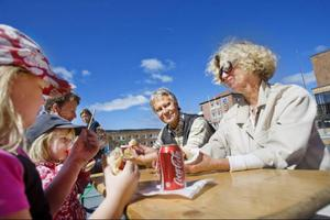 Familjen Mattson är färdiga med marknadsinköpen och har satt sig på torget för att äta bratwurst.– Det är kul att få uppleva lite genuin matkultur, säger Anne-Lise, längst till höger. Bredvid sitter maken Göran och mittemot sitter Peter Mattsson med barnen Klara och Tyra.