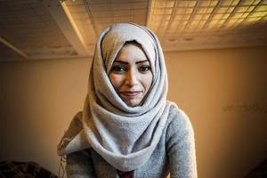 Ayat, 24 år, har studerat ekonomi i Syrien och vill nu försöka avsluta sina studier på universitet i Sverige. Hon talar bra engelska. Hon och hennes tre syskon är statslösa palestinier och har växt upp i ett flyktingläger i Damaskus. I augusti tvingades de fly från kriget.