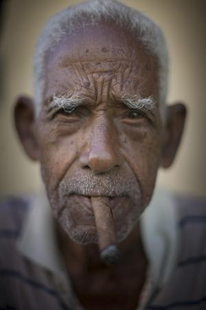 Ett porträtt av en av många vänliga och glada kubaner som Lars Dahlström träffat och förevigat.