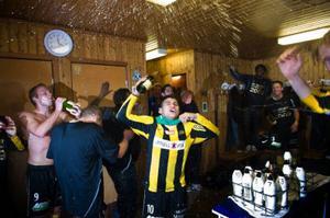 Häcken är klara för allsvenskan efter lördagens seger. Målskytten Paulinho sprutar champange.  Foto: SCANPIX