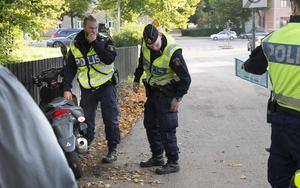 Polisen undersökte olycksmopeden och dirigerade trafiken förbi olyckan.