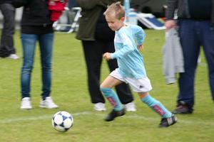 min son Daniel 6år spelar på sin första fotbollscup, Minicupen den 11 september.gillar denna bild då den verkligen speglar hans spelglädje och koncentration på bollen...
